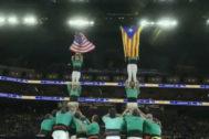 Unos Castellers exhiben la estelada junto a la bandera de EEUU en un partido de la NBA
