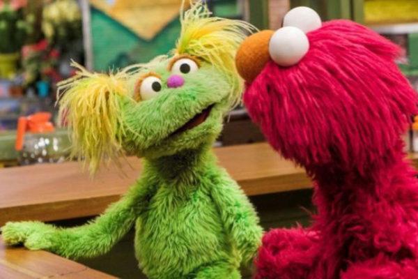 El nuevo personaje de Barrio Sésamo, Karli, junto a su amigo Elmo.