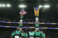 Unos castellers exhiben la estelada junto a la bandera de EEUU