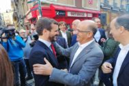 Pablo Casado saluda en Pamplona a Alberto Catalán, candidato de Navarra Suma al Senado.