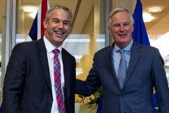 Stephen Barclay (izda.) y Michel Barnier, en el encuentro clave de Bruselas.