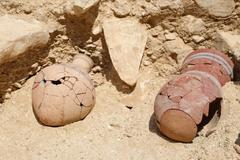 Descripción: Hallazgo en El Valle de los Monos (Luxor). Antiguo poblado de los <HIT>obreros</HIT> que construyeron las tumbas reales Del Valle de los Reyes. Firma: MINISTERIO DE ANTIGÜEDADES EGIPCIAS