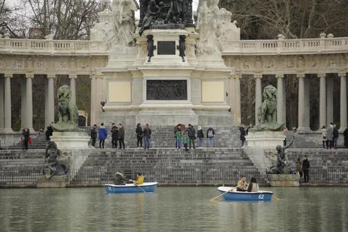 Turistas en la zona del lago del Retiro