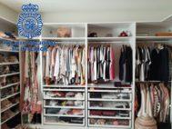18 metros de longitud. Tiene tres armarios en su residencia, de seis metros cada uno. Prendas de Louis Vuitton, Gucci, Chanel, Dior... Buena parte sin estrenar siquiera. Hay bikinis de 700 euros, cinturones de 800 y bolsos de 8.000.