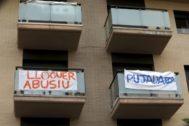 Pancartas contra la subida del alquiler.