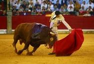 Largo natural de Paco Ureña con el tercer toro de Núñez del Cuvillo de alocada movilidad.