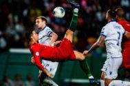 Cristiano Ronaldo ejecuta un remate en el partido ante Luxemburgo.