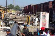 Servicios de emergencia y curiosos, en la zona del accidente.
