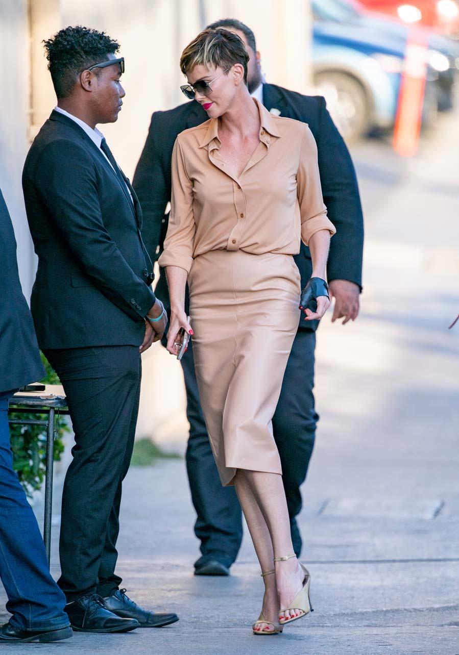 La actriz apostó por un total look en beis, con falda tubo de piel,...