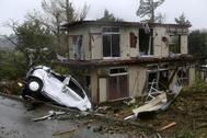Vista de un vehículo y una casa dañados después de que un tornado causado por el tifón Hagibis golpeara Ichihara, Prefectura de Chiba, al este de Tokio.