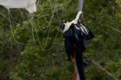 Abucheos a Sánchez y un accidentado 'aterrizaje' de la bandera