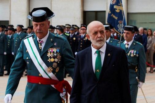 El general Pedro Garrido (izqda.), junto al director general de la...