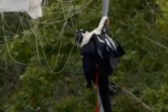 Impacta contra una farola el paracaidista que llevaba   la bandera de España