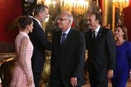 Felipe VI saluda al juez Manuel Marchena en la recepción en el Palacio Real.