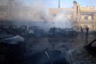 Coches quemados en una calle de Qamishli, SIria, tras los ataques.