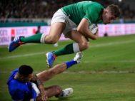 Larmour anota el cuarto ensayo irlandés en el arranque del segundo tiempo.