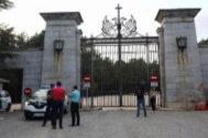 La puerta de acceso al Valle de los Caídos cerrada este sábado.