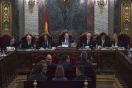 El tribunal de los siete magistrados del Supremo que han juzgado y sentenciado el 1-O, con su presidente, Manuel Marchena, en el centro, durante una de las sesiones.
