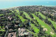 Vista aérea de urbanizaciones de viviendas, hoteles y campos de golf en la Costa del Sol, en la provincia de Málaga.