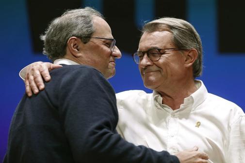 Quim Torra se abraza al ex presidente Artur Mas en un acto de...