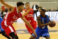 GRAF9384. <HIT>BURGOS</HIT>.- El escolta estadounidense Thad McFadden (d), del San Pablo <HIT>Burgos</HIT>, controla el balón ante el jamaicano del UCAM Murcia, Kyle Hunt, durante el partido de la cuarta jornada de la Liga ACB que se juega hoy sábado en <HIT>Burgos</HIT>.