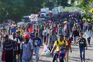 AME8863. <HIT>TAPACHULA</HIT> (MÉXICO).- Unos 2.000 migrantes que llevaban semanas en la ciudad mexicana de <HIT>Tapachula</HIT>, fronteriza con Guatemala, avanzan este sábado en su caravana hacia el norte del país, en el estado de Chiapas (México). Se estima que la caravana salió a pie sobre las 5.00 hora local (10.00 GMT) y que está conformada por salvadoreños, cubanos, haitianos y algunos africanos, quienes no tuvieron problemas con las autoridades para emprender su camino.