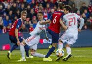 Oyarzabal y Rodrigo, luchan por el balón, ante Noruega.