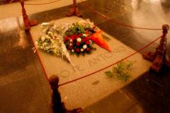La tumba de José Antonio Primo de Rivera en el altar de la basílica del Valle de los Caídos.