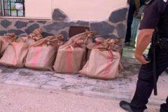 Fardos de hachís intervenidos por la Policía en San Fernando después de que un grupo de marroquíes intentaran robar la droga a otros narcos.