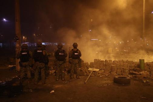 Unidades del Ejercito y la policía se movilizan por las calles...