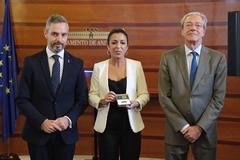 Los consejeros de Hacienda y Economía entregan el proyecto de presupuestos de 2020 a la presidenta del Parlamento.