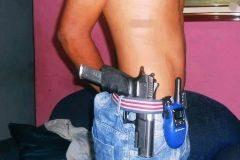 Imagen de uno de los sicarios que 'protegen' la droga de los narcos.