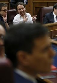 Pablo Iglesias e íñigo Errejón conversan en el Parlamento. En primer plano, Pedro Sánchez.