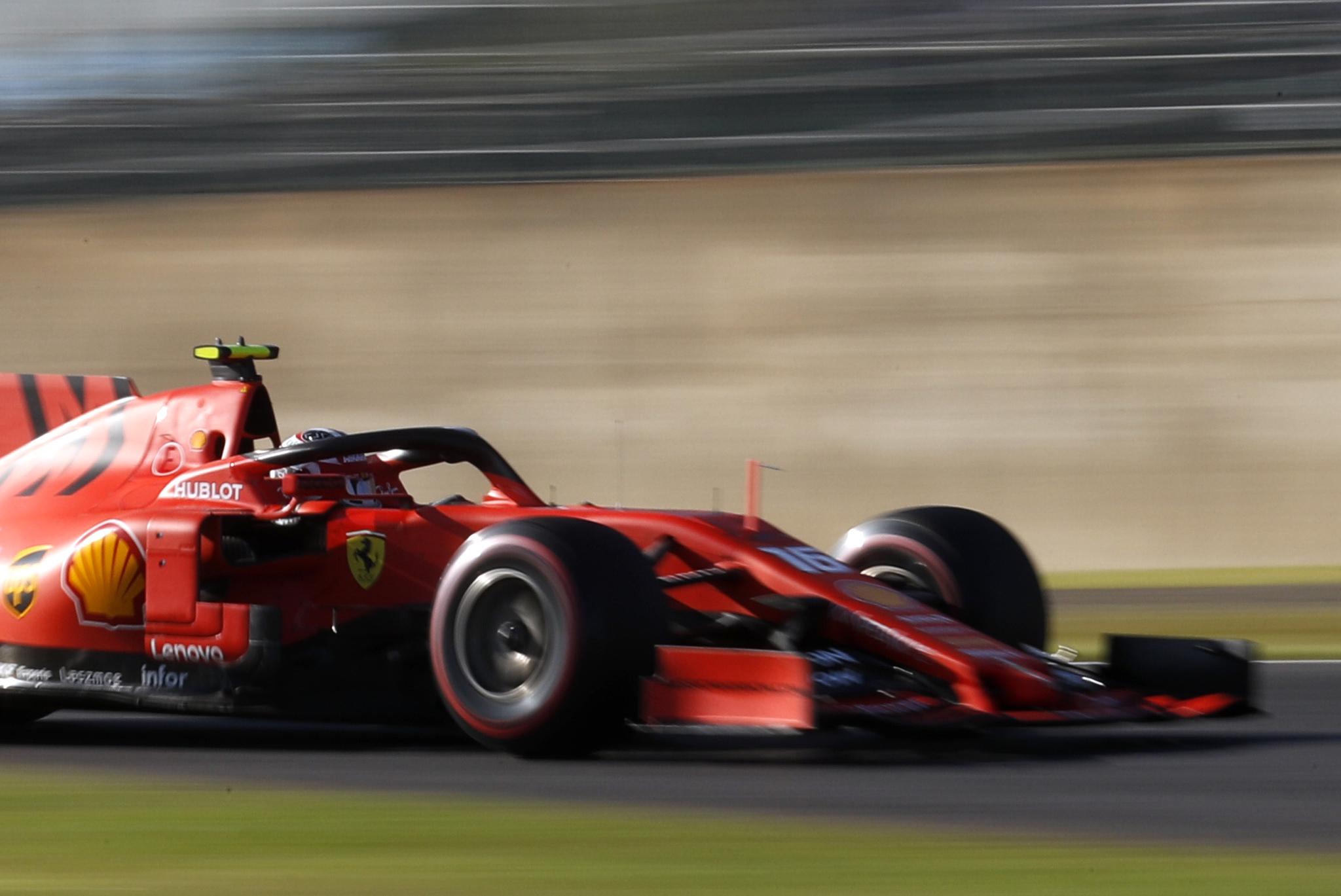 A Leclerc le basta con una mano en la legendaria curva 130R