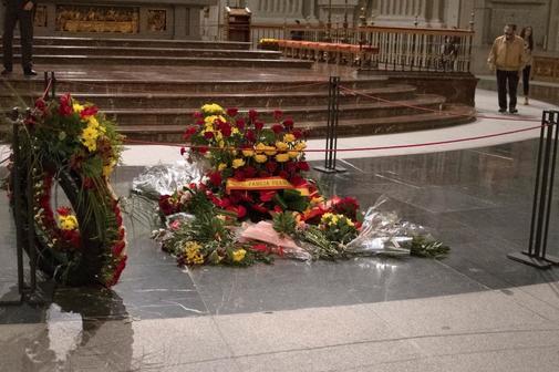 La tumba de Francisco Franco, cubierta de flores el viernes, el día...
