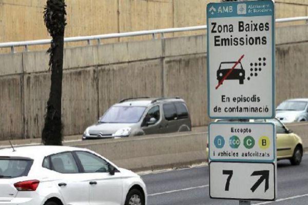 Cartel de restricción a la circulación de vehículos en la Ronda de Dalt de Barcelona.