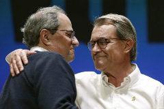 Quim Torra se abraza al ex presidente Artur Mas en un acto de precampaña de JxCat en Terrasa (Barcelona).