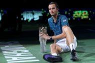 Medvedev, con su trofeo de campeón en Shanghai.