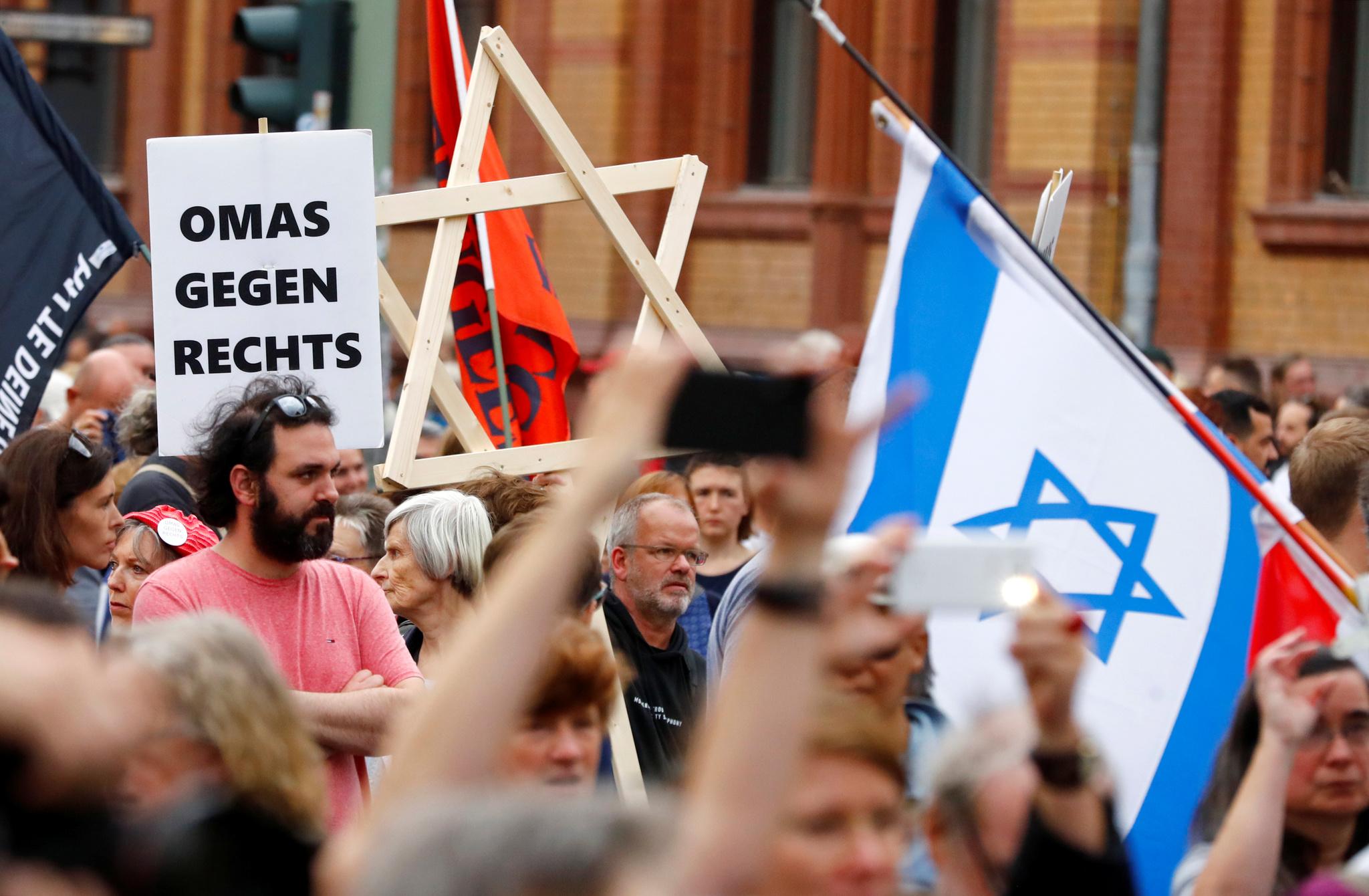 Asistentes a la manifestación contra la ultraderecha en Berlín...