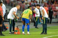 Neymar, nada más lesionarse ante Nigeria.