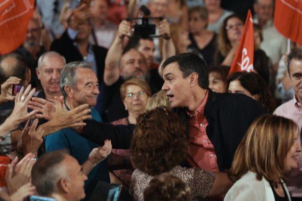 El secretario general del PSOE y presidente en funciones, Pedro...