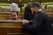 Pablo Iglesias y Gabriel Rufián conversan durante un Pleno del Congreso, en octubre de 2017.