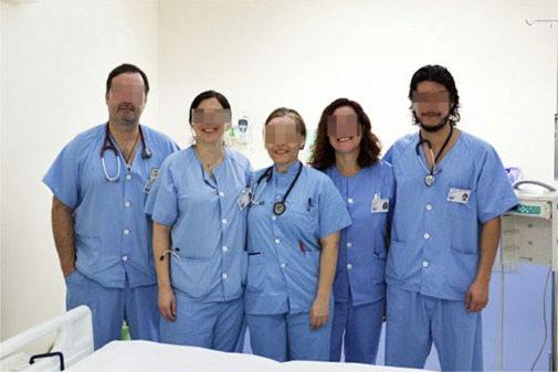 A la derecha de la imagen, José Claudio L. E., con el personal...