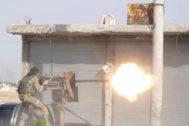 Un combatiente rebelde sirio respaldado por Turquía dispara su arma en la ciudad de Tal Abyad este domingo.