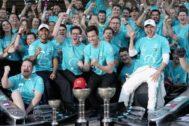 Hamilton, Wolff y Bottas, en los festejos de Mercedes en Suzuka.