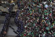 Cientos de manifestantes protestan en Argel frente a un cordón policial.