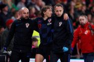 Modric se retira lesionado en el encuentro ante Gales.