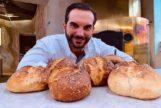 Mario Sandoval con los panes de Coque (Madrid).