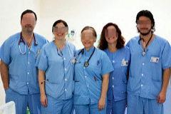 A la derecha de la imagen, José Claudio L. E., con el personal médico de la UCI.