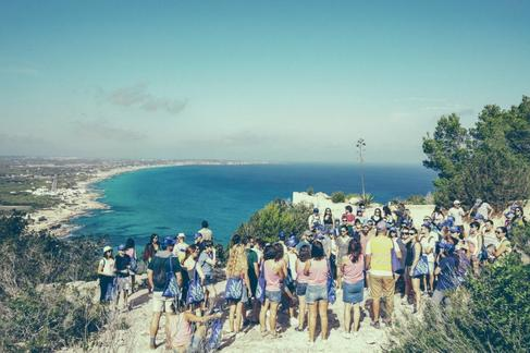 El público de Posidonia, en su peregrinaje por Formentera.